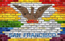 Backsteinmauer San Francisco und homosexuelle Flaggen Stockfoto
