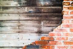 Backsteinmauer stürzte aufschlussreiche alte Bretter ein Lizenzfreie Stockfotografie
