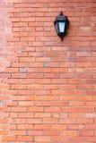 Backsteinmauer u. Licht Stockfotografie