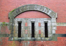 Backsteinmauer und abgehaltene Fenster Lizenzfreies Stockfoto