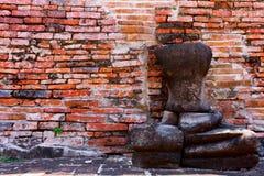 Backsteinmauer und alte Buddha-Steinstatue Lizenzfreie Stockfotos