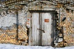 Backsteinmauer und alte hölzerne Tür Lizenzfreie Stockfotos