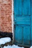 Backsteinmauer und alte hölzerne Tür Stockbild