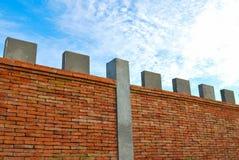 Backsteinmauer und blauer Himmel Lizenzfreie Stockfotos