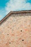 Backsteinmauer und blauer Himmel Stockfotografie