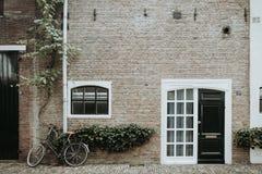 Backsteinmauer und ein Fahrrad in den Niederlanden Lizenzfreie Stockfotografie