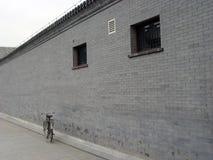 BACKSTEINMAUER und Fahrrad Stockbilder