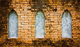 Backsteinmauer und Fenster Stockbilder