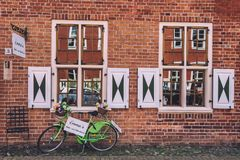 Backsteinmauer und grünes Fahrrad auf niederländischem Bezirk in Potsdam Stockbilder