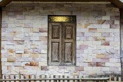 Backsteinmauer und hölzernes Fenster stockbild