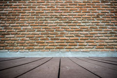 Backsteinmauer- und Holzfußboden Stockbilder