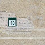 Backsteinmauer und Platte mit einer Nr. zehn Stockfotos