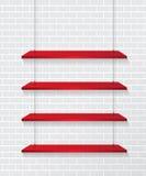 Backsteinmauer und rote Regale Lizenzfreie Stockfotos