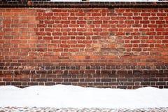 Backsteinmauer und Schnee Lizenzfreie Stockfotos