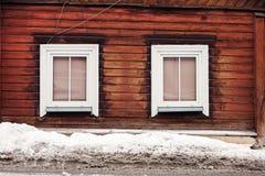 Backsteinmauer und Schnee Stockfoto