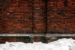 Backsteinmauer und Schnee Lizenzfreie Stockbilder
