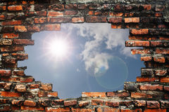 Backsteinmauer und Sonne Stockbild
