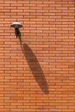 Backsteinmauer und Straßenlaterne Stockfoto