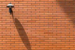 Backsteinmauer und Straßenlaterne Lizenzfreie Stockfotos