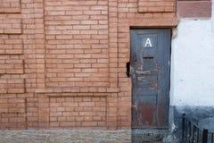 Backsteinmauer und Tür in ihr Lizenzfreies Stockfoto