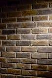 Backsteinmauer unter Stelle Lizenzfreie Stockbilder