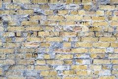Backsteinmauer von defekten Ziegelsteinen Stockbild