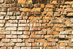 Backsteinmauer wird durch Wasser-Erosion geschlagen stockfoto