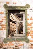 Backsteinmauer, zerbrochene Fensterscheibe Stockfoto