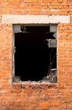 Backsteinmauer, zerbrochene Fensterscheibe Lizenzfreie Stockfotos
