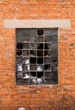 Backsteinmauer, zerbrochene Fensterscheibe Stockbilder
