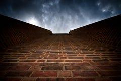 Backsteinmauer zum dunklen Himmel Lizenzfreie Stockbilder