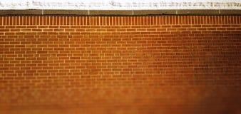 Backsteinmauerbeschaffenheit mit Schnee auf ihn Hintergrund Stockbilder