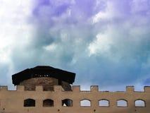 Backsteinmauerfestung und weiße Wolke im Himmel Stockfotografie