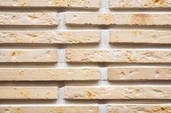 Backsteinmauerhintergrund, Beschaffenheit des gelben Steins blockiert Nahaufnahme Stockbild