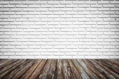 Backsteinmauerhintergrund mit Holzfußboden Stockbild