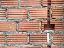 Backsteinmauern knackten vor Sockel installationat Haus Stockfotos