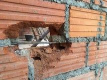 Backsteinmauern knackten vor Sockel installationat Haus Lizenzfreies Stockbild