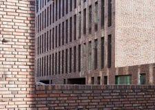 Backsteinmauern und Fenster Stockfoto