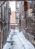 Backstreet巷道在冬天在北美洲城市 免版税库存照片