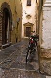 Backstreet с велосипедами в Лукке, Тоскане стоковые изображения rf