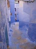 Backstreet de la ciudad azul de Chefchouen Imagen de archivo libre de regalías