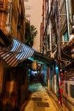 Backstreet en Kowloon, Hong Kong, en la noche Fotografía de archivo libre de regalías