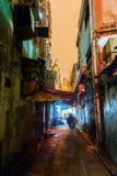 Backstreet en Kowloon, Hong Kong, en la noche Imagenes de archivo