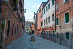 Backstreet widok z dziejowymi domami Wenecja, Włochy Obraz Stock
