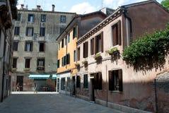 Backstreet widok z dziejowymi domami Wenecja, Włochy Obrazy Stock