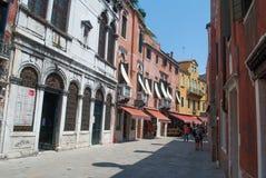 Backstreet widok z dziejowymi domami Wenecja, Włochy Fotografia Royalty Free