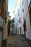 Backstreet z drzewem oliwnym i zmierzchu światłem compostela de Santiago Spain obraz stock