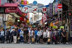 Backstreets ocupados do Tóquio em uma tarde típica Fotos de Stock