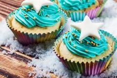 Backt kleine Kuchen zur Feier von Weihnachten auf dem hölzernen Vorsprung zusammen lizenzfreie stockbilder