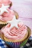 Backt kleine Kuchen zur Feier von Weihnachten zusammen lizenzfreie stockbilder